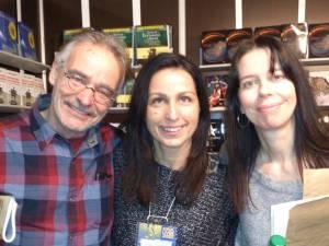 Sur cette photo, on peut apercevoir l'auteure Marlène Gagnon en compagnie de Maryse Bilodeau et du comédien Jean-Pierre Matte.