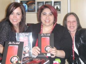 Sur cette photo, on reconnaît M.L. Lego, en compagnie de Patricia C. et Anick S., les deux auteures du roman à succès Le 7e ciel.