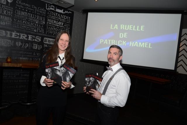 Marie-Louise Legault, directrice des Éditions La Plume D'or, pose fièrement aux côtés de Patrick Hamel, auteur du roman La ruelle.
