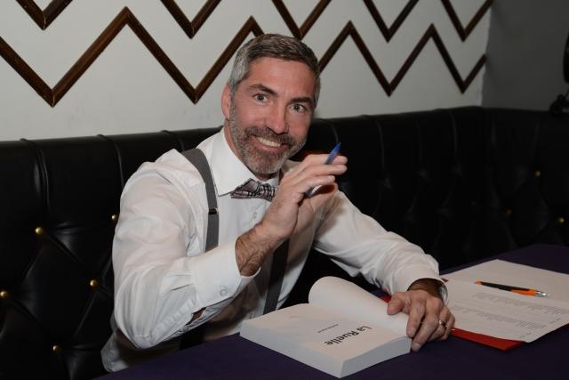 Tout frais marié, Patrick a brièvement interrompu sa lune de miel pour cette session dédicace. Et il en a signé des livres !!!