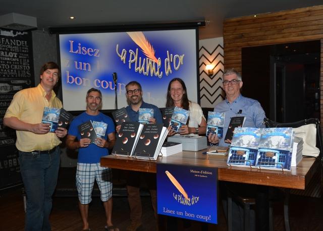 Jim Lego (auteur de Clair Obscur) et Patrick Hamel (auteur de La ruelle), ont tenu à être présents pour serrer la pince à Yvon (3e à partir de la gauche) et Daniel (dernier à droite). Entre les deux, on reconnaît M.L. Lego, directrice de La Plume D'or.
