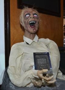 Bien que les zombis dont il est question n'ont rien à voir avec celui-ci, les organisateurs n'ont pu résister à la tentation d'agrémenter le décor avec quelques zombis hollywoodiens.